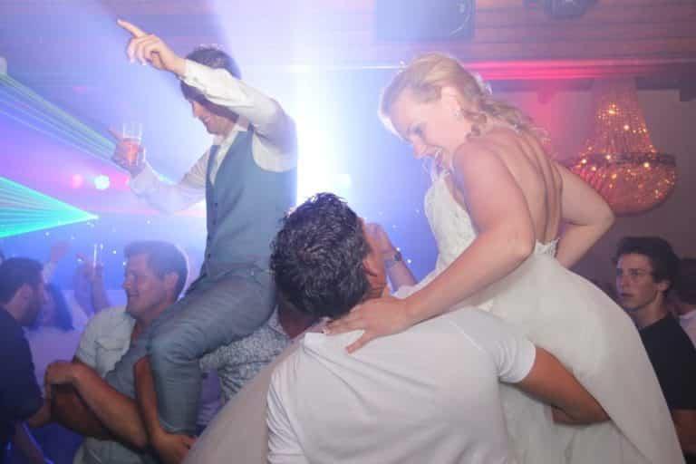 bruidspaar-in-de-lucht