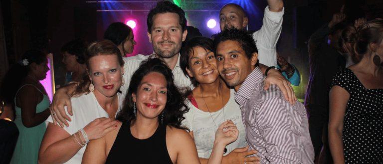 Verjaardag vriendengroep op feest
