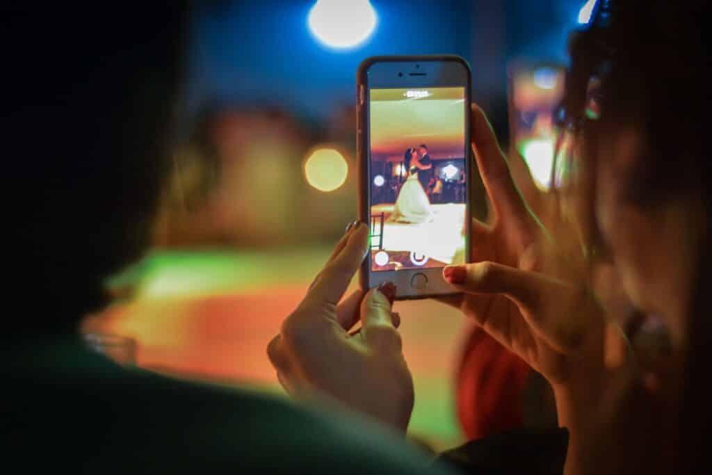 Geen smartphones op je bruiloft – unplugged wedding aankondigen (6x)
